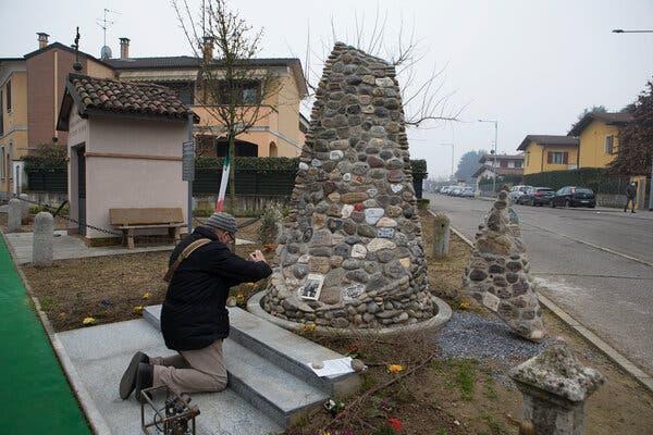 Un mémorial pour les victimes du coronavirus à Casalpusterlengo, en Italie.