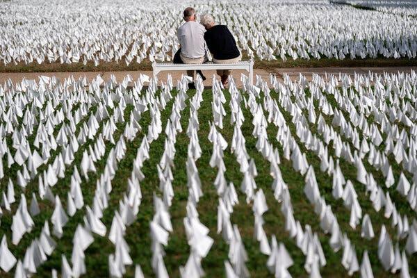 Terrain de défilé à Washington en octobre, avec des drapeaux blancs représentant le nombre de personnes décédées de Covid-19 aux États-Unis.