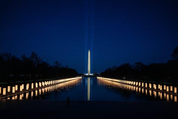 Un mémorial à Washington en janvier pour les 400000 vies perdues à cause du coronavirus aux États-Unis. Le président Biden a déclaré que le mémorial ne serait pas le dernier du pays.