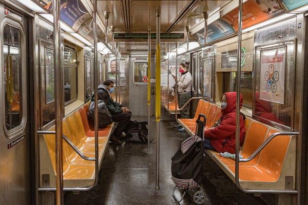 Prendre le métro à Manhattan lundi. New York et le New Jersey ajoutent des cas à des taux plus élevés que dans tous les États, à l'exception de la Caroline du Sud.