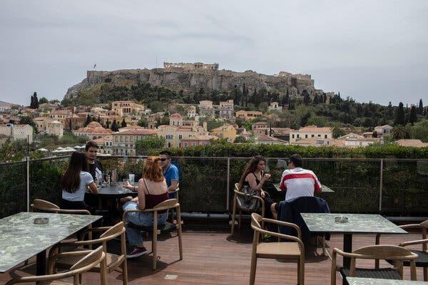 Des cafés et des restaurants ont rouvert en Grèce pour le service assis pour la première fois en près de six mois.