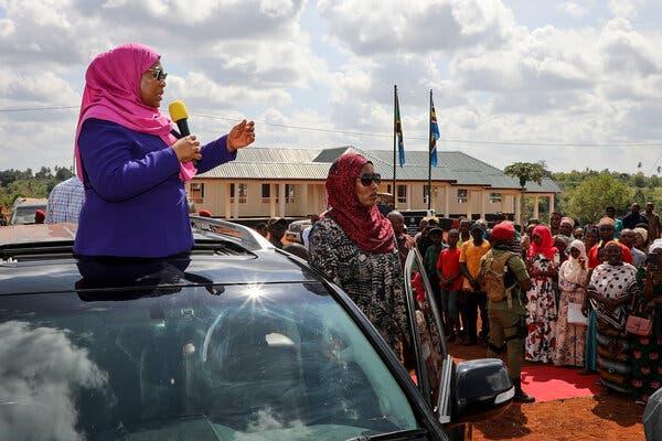 La Présidente Samia Suluhu Hassan de Tanzanie a adopté une approche différente de celle de son prédécesseur qui nie le virus, déclarant que la nation ne pouvait pas ignorer la pandémie.