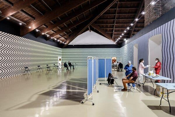 Les vaccinations ont commencé au Castello di Rivoli, un musée contemporain près de Turin, en Italie. L'installation artistique est une peinture murale de Claudia Comte, une artiste suisse.