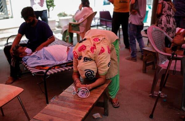 Lundi, une femme a plaidé pour l'oxygène de son mari dans un temple sikh, à Ghaziabad, en Inde.
