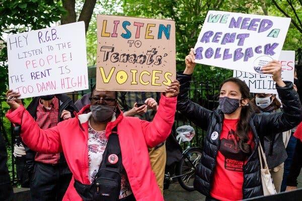 Un groupe de militants s'est réuni devant la mairie pour demander une prolongation du moratoire sur les expulsions et une réduction des loyers de la ville pour les locataires à New York lundi.